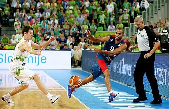 Parker levou a melhor no duelo com Dragic (FIBA Europe/Castoria/Matthaios)