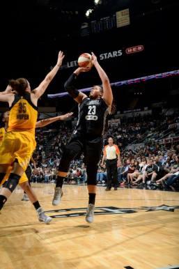 Danielle Adams domina o garrafão, a zona morta e a linha de três pontos; é a sexta mulher do San Antonio Stars (D. Clarke Evans)