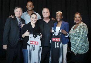Apresentação da nova camisa do San Antonio Stars para 2014, com a marca H-E-B estampada (Kin Man Hui/San Antonio Express-News)
