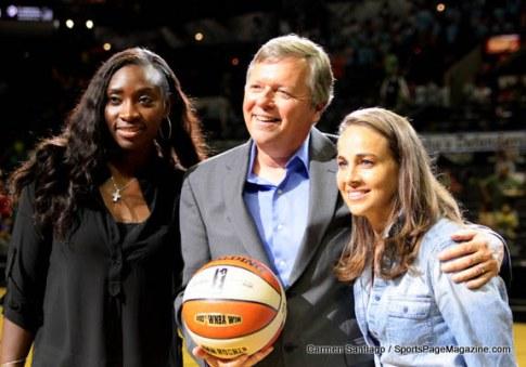 No ano passado, Dan Hughes conquistou sua 200ª vitória na WNBA, contra o New York Liberty de Bill Laimbeer. Lesionadas, Sophia Young e Becky Hammon prestigiaram o comandante na oportunidade (Carmen Santiago)