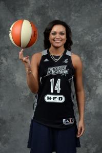 Kayla McBride, terceira escolha do draft de 2014 da WNBA pelo San Antonio Stars (NBAE/Getty Images)