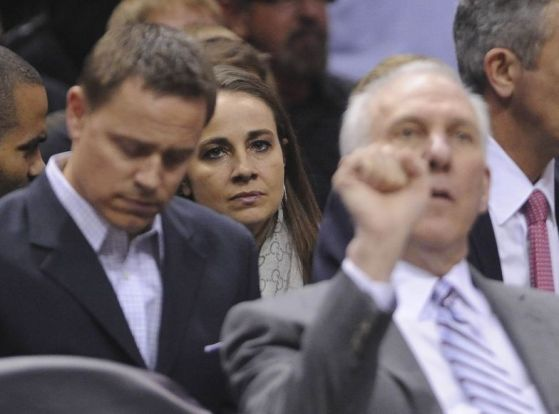 Atrás de Gregg Popovich e ao lado de Tony Parker, Becky Hammon, agora, faz parte do time deles - literalmente (Billy Calzada/San Antonio Express)