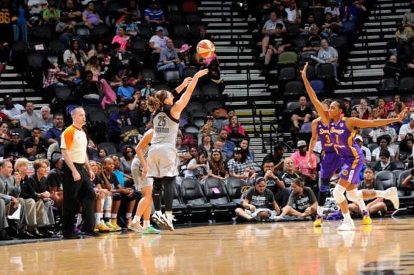 No domingo, um dos momentos mais importantes do jogo entre Stars e Sparks foram três arremessos de 3 pontos seguidos de Becky Hammon (NBAE/Getty Images)