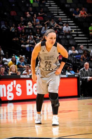 Becky Hammon ainda joga com proteção em seu joelho esquerdo, mas a prova de que já se recuperou são cada vez mais evidentes em quadra (NBAE/Getty Images)