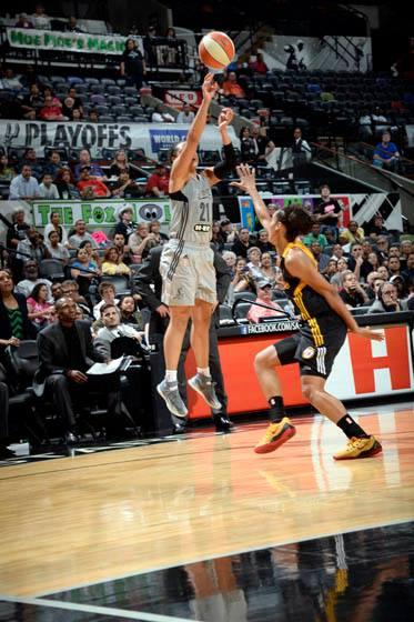 O arremessos que deu a vitória ao San Antonio Stars no dia 28 de maio foi exatamente desta maneira: Kayla McBride, para três, sobre Skylar Diggins. 30 pontos para a novata (NBAE/Getty Images)