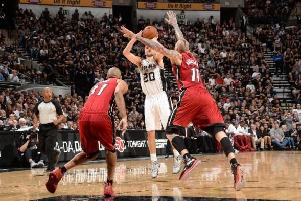 Com pontos e assistências, Manu ditou o ritmo do Spurs (Andrew D Bernstein/NBAE Getty Images)