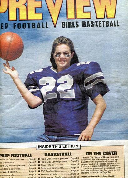 Considerada a melhor atleta de sua cidade, Becky Hammon foi capa da previsão de um jornal local para a temporada tanto do futebol americano quanto do basquete feminino da Stevens High School em 1994 (Arquivo)