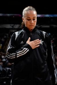 As homenagens para Becky Hammon não param. Sua carreira, que é um espelho e uma inspiração, deixa um legado para toda uma geração de garotas que sonham em chegar ao mais alto nível de basquete (sastars.com)